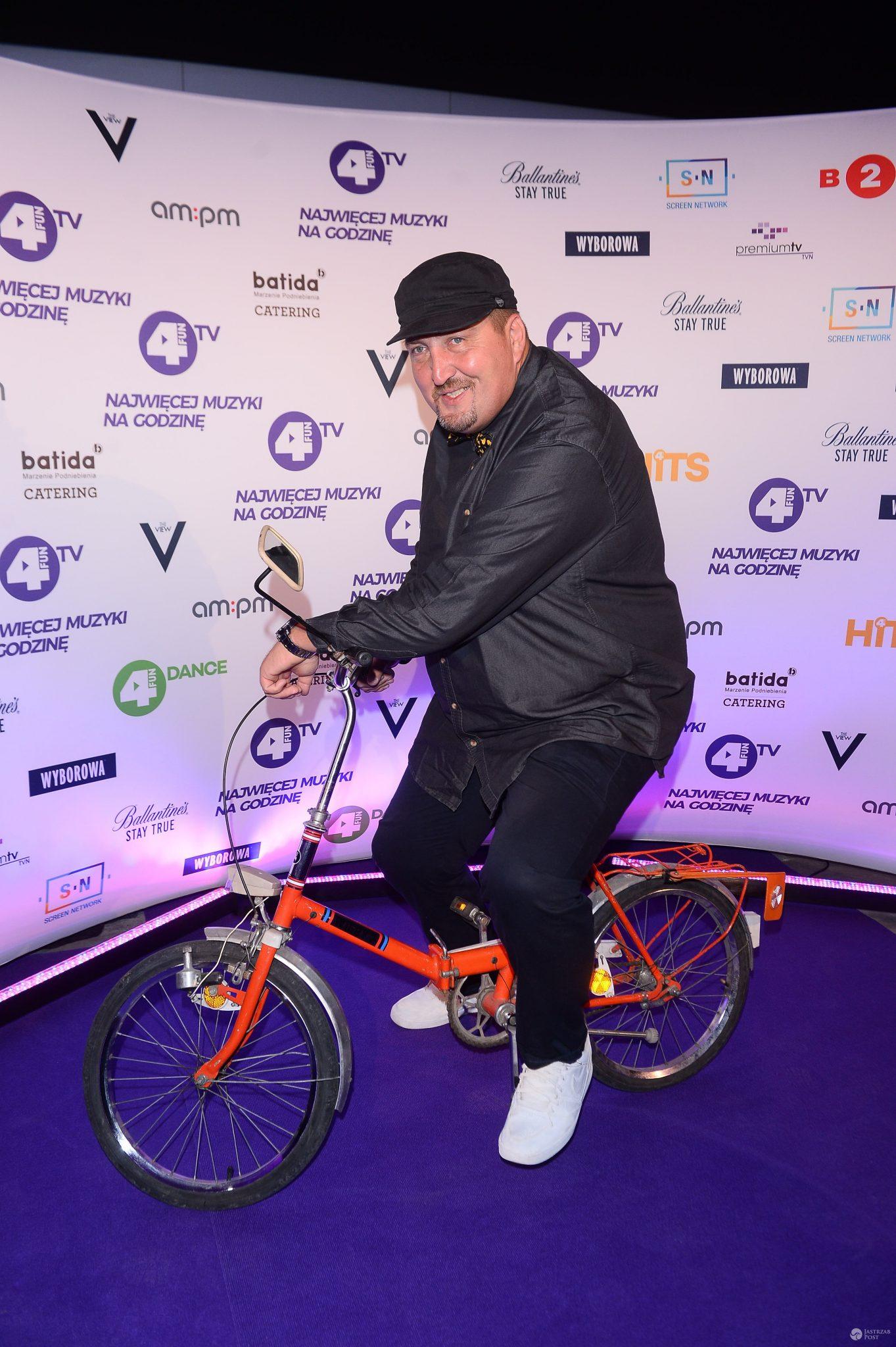 Adam Kraśko na rowerze na imprezie stacji muzycznej. Zdjęcia 2016