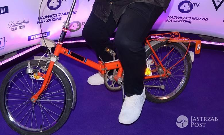 Adam Kraśko na rowerze na imprezie stacji muzycznej. Zdjęcia 2016, stylizacja