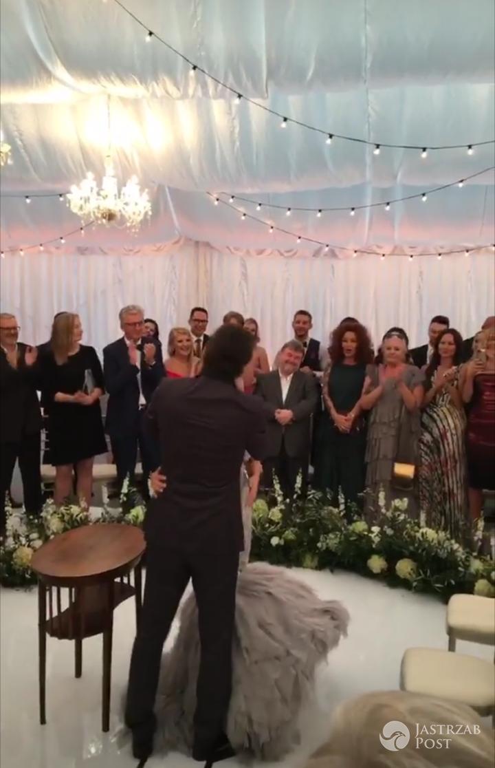 Żarty podczas składania przysięgi, specjalne nazwy stolików dla gości i niespodziewany występ gwiazdy wieczoru – czyli jak wyglądało wesele Małgorzaty Rozenek i Radosława Majdana zdjecie 1