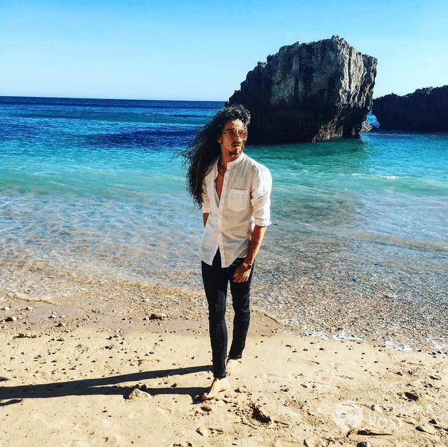 Michał Szpak na plaży w Portugalii