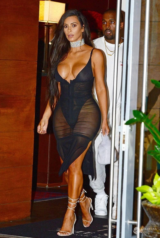 Kim Kardashian z obrożą na szyi i prześwitującej sukience