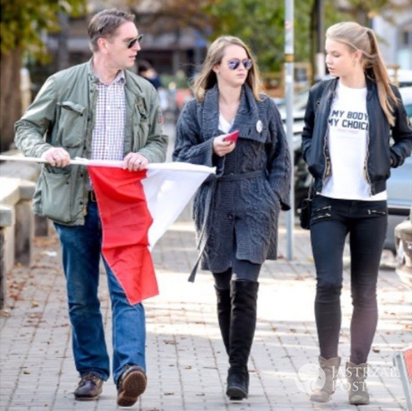 Tomasz Lis z córkami - Polą i Igą wspierają Czarny protest