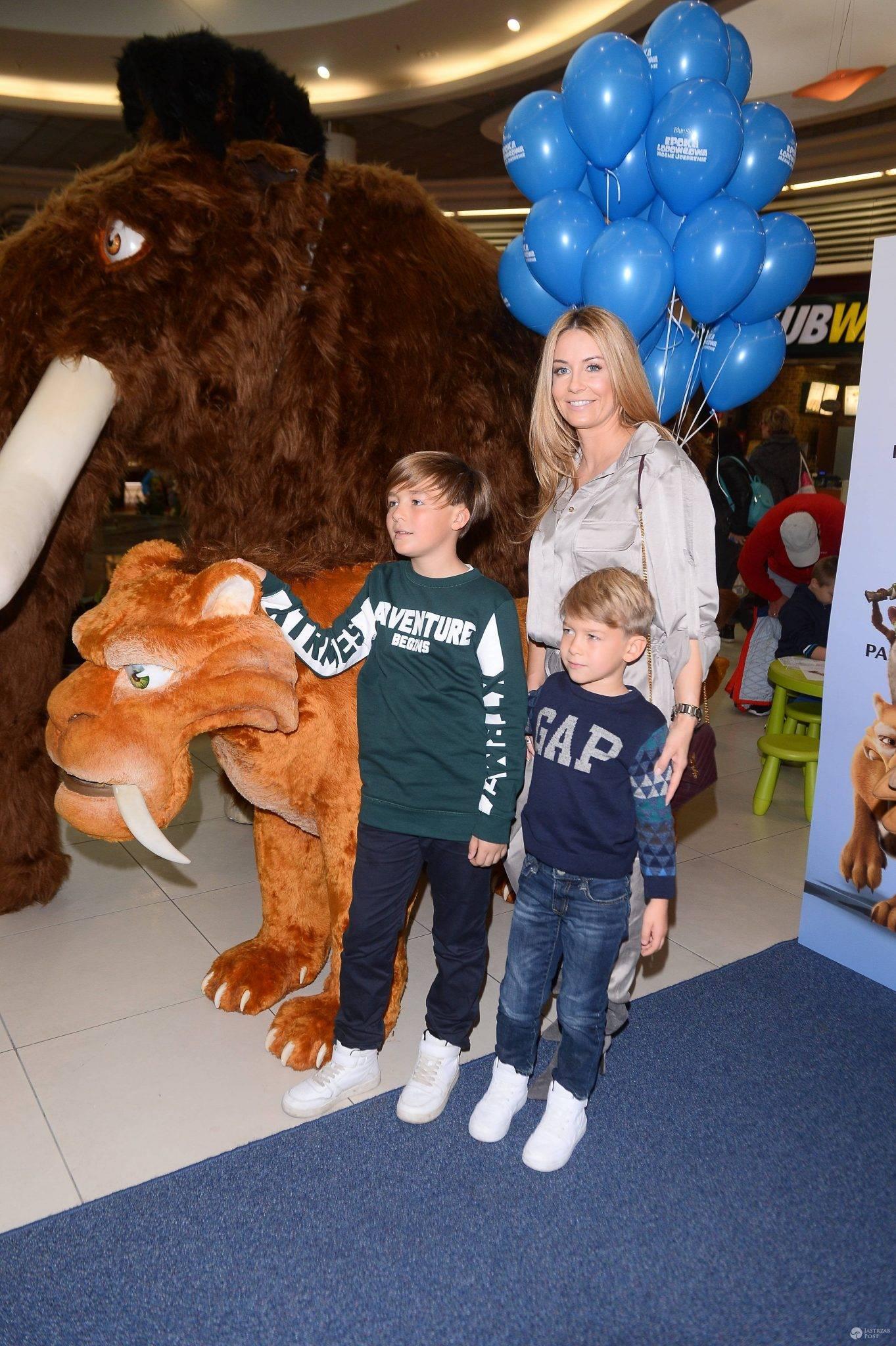 Małgorzata Rozenek z dziećmi na imprezie w Pasażu TESCO