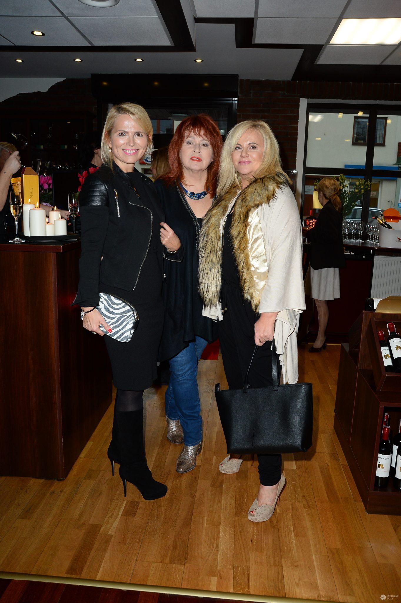 Anna Jurksztowicz, Danuta Błażejczyk i Joanna Kurowska na otwarciu salonu z ekskluzywnymi trunkami w Konstancinie