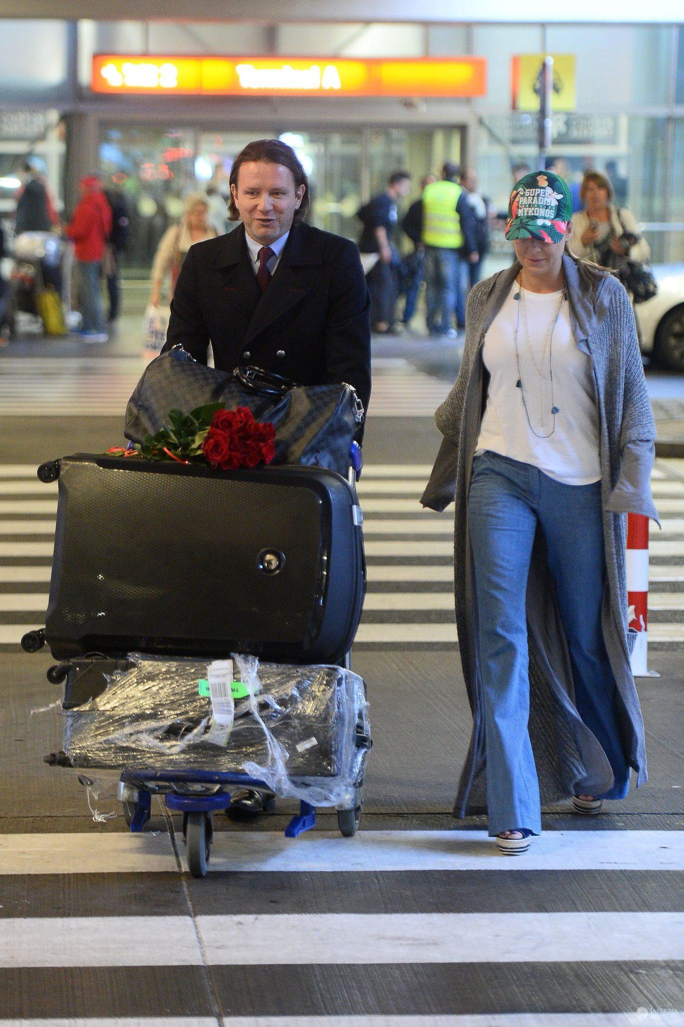 Małgorzata Rozenek-Majdan i Radosław Majdan na lotnisku