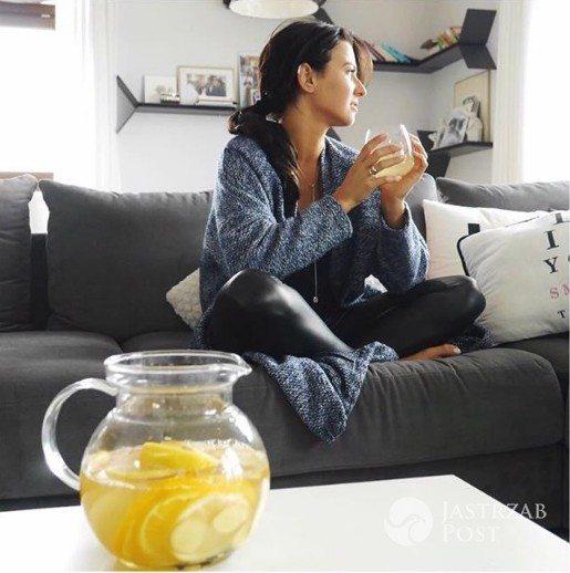 Anna Lewandowska pije wodę z cytryną