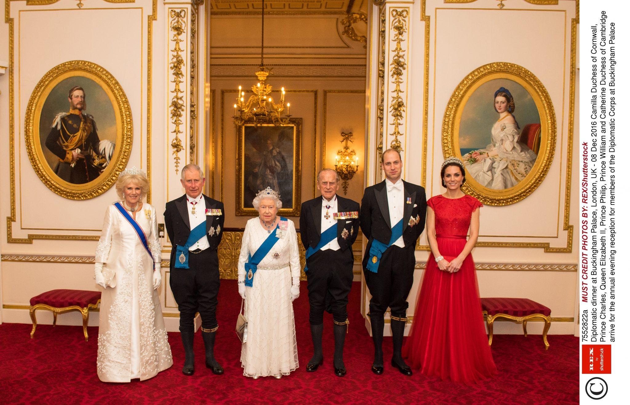 Brytyjska rodzina królewska na kolacji dyplomatycznej w pałacu Buckingham
