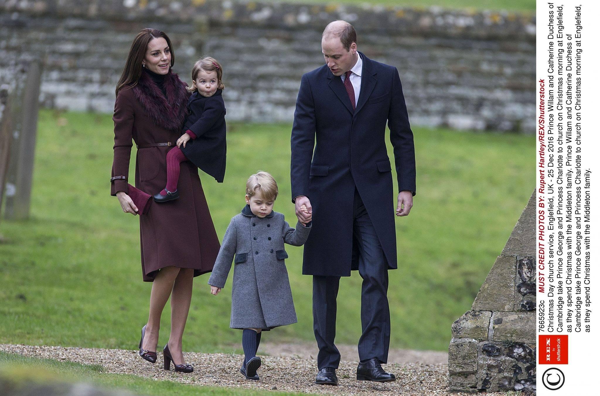 Księżna Kate z rodziną zadali szyku na świątecznej mszy! Charlotte urocza jak nigdy, a Geroge... Tak stylowy jeszcze nie był - Księżna Kate z dziećmi w Bucklebury