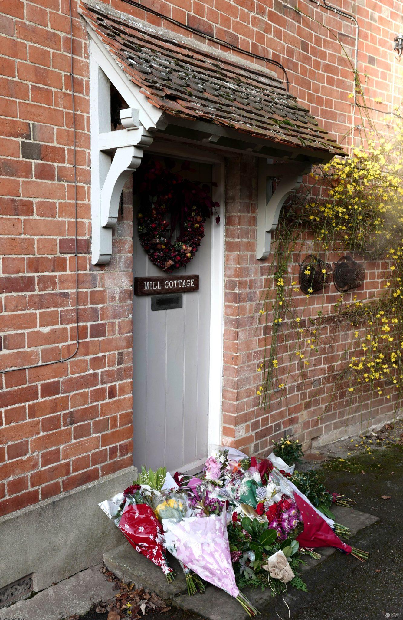 Fani żegnają George'a Michaela pod jego willą w Oxfordshire