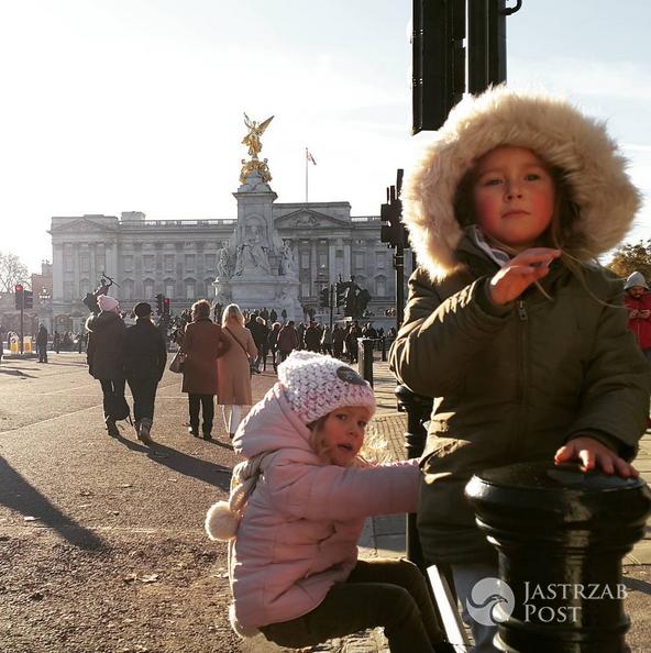 Dzieci Anny Kalczyńskiej pod Pałacm Buckingham - Instagram