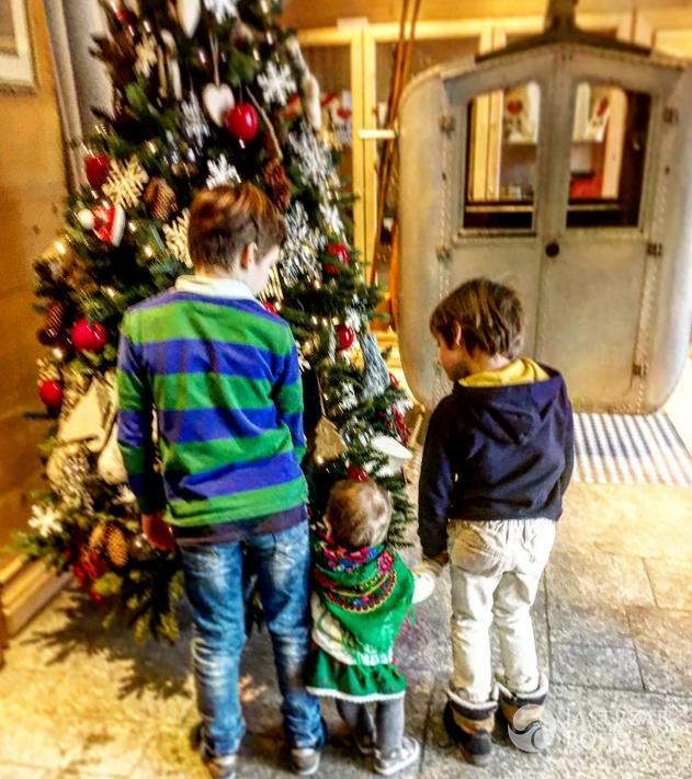 Dzieci Karoliny Ferenstein-Kraśko i Piotra Kraśki przy choince - Instagram