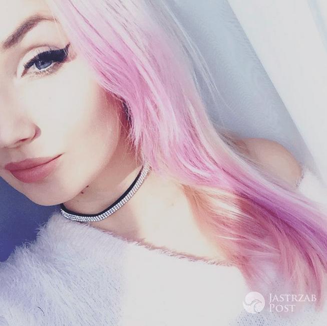 Cleo w różowych włosach