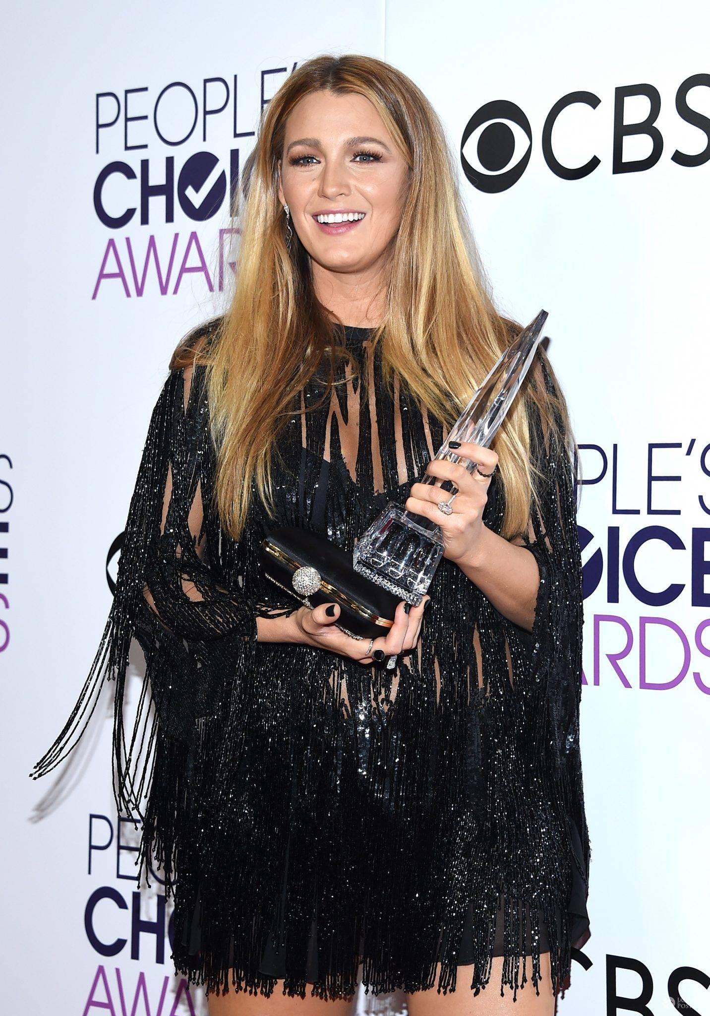 Blake Lively na gali People's Choice Awards 2017. Zdjęcia kreacji, stylizacji