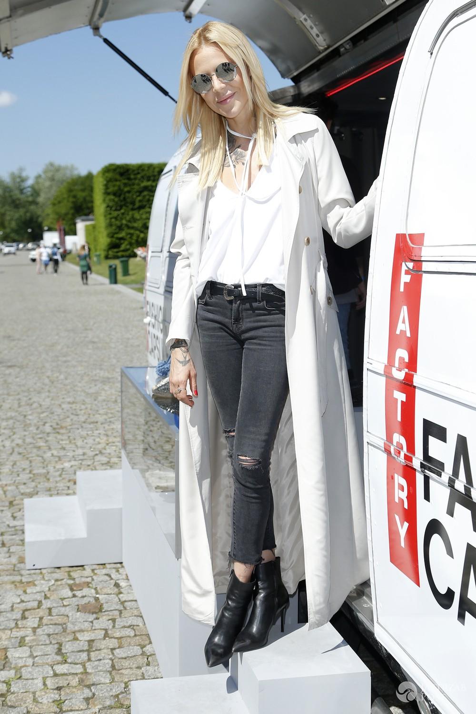 Maja Sablewska w białym płaszczu