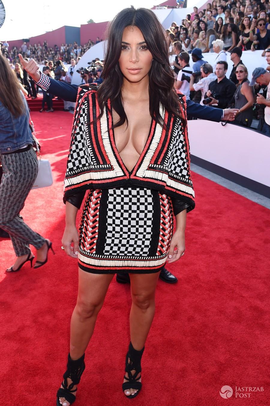 Kim Kardashian w komplecie Balmain podczas gali MTV Video Music Awards 2014