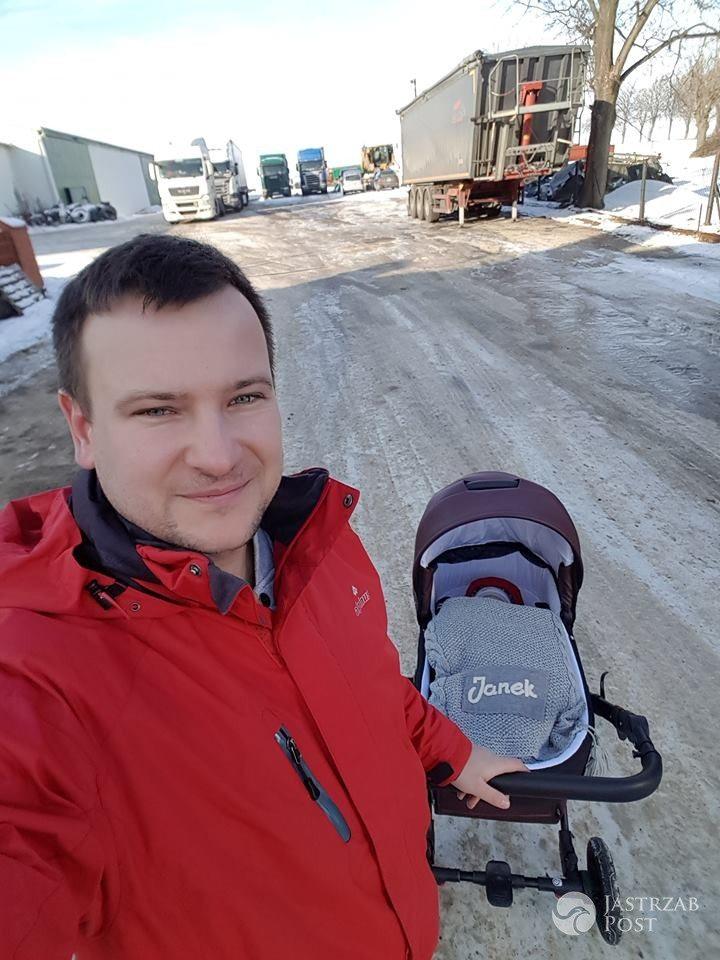 Grzesiek z Rolnik szuka żony na spacerze z synkiem
