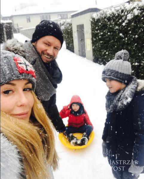 Małgorzata Rozenek i Radosław Majdan z dziećmi na zimowym spacerze