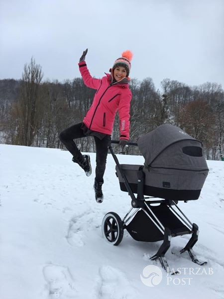 Paulina Sykut-Jeżyna na spacerze z córką