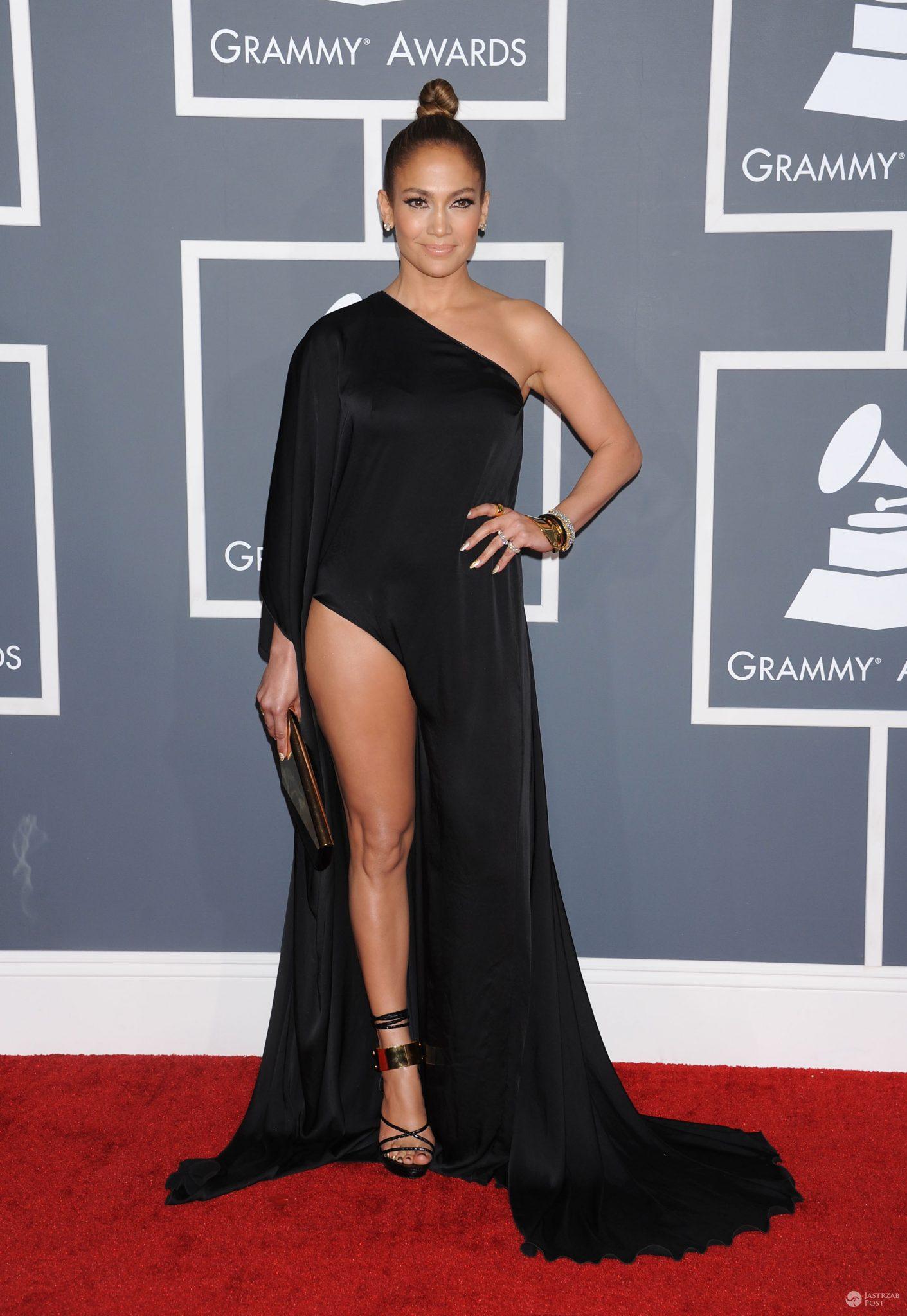 Jennifer Lopez w asymetrycznej kreacji Anthony Vaccarello - Grammy 2013