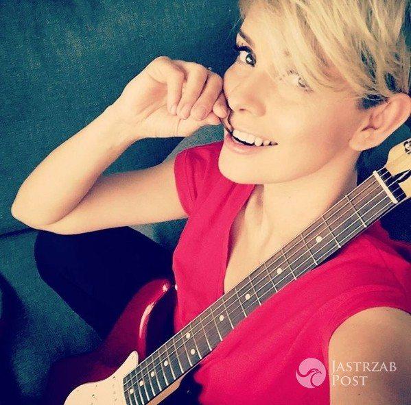 Dorota Gardias uczy się gry na gitarze