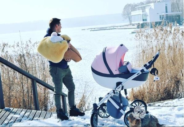 Rafał Mroczek na spacerze z córką