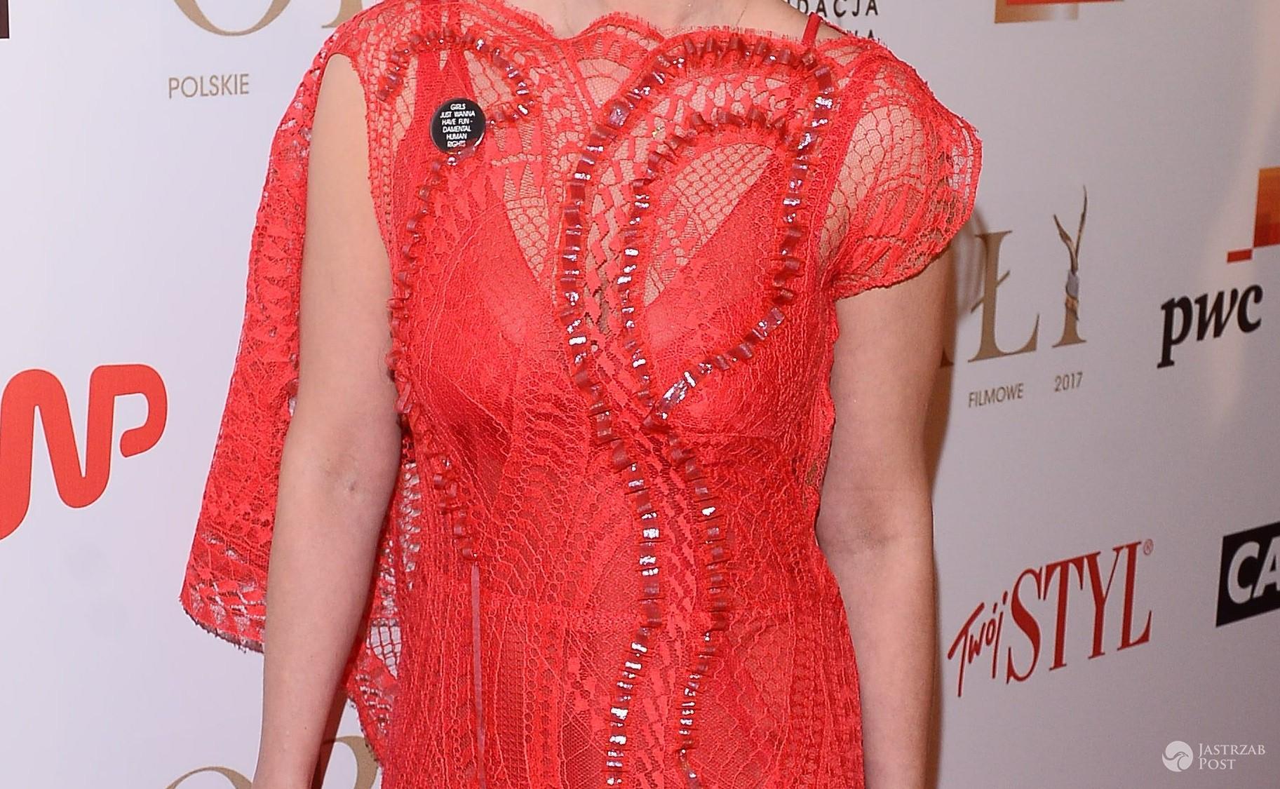 Orły 2017: Magdalena Boczarska w czerwonej kreacji. Elegancką suknię ozdobiła przypinką z mocnym wyznaniem - Magdalena Boczarska – Orły 2017
