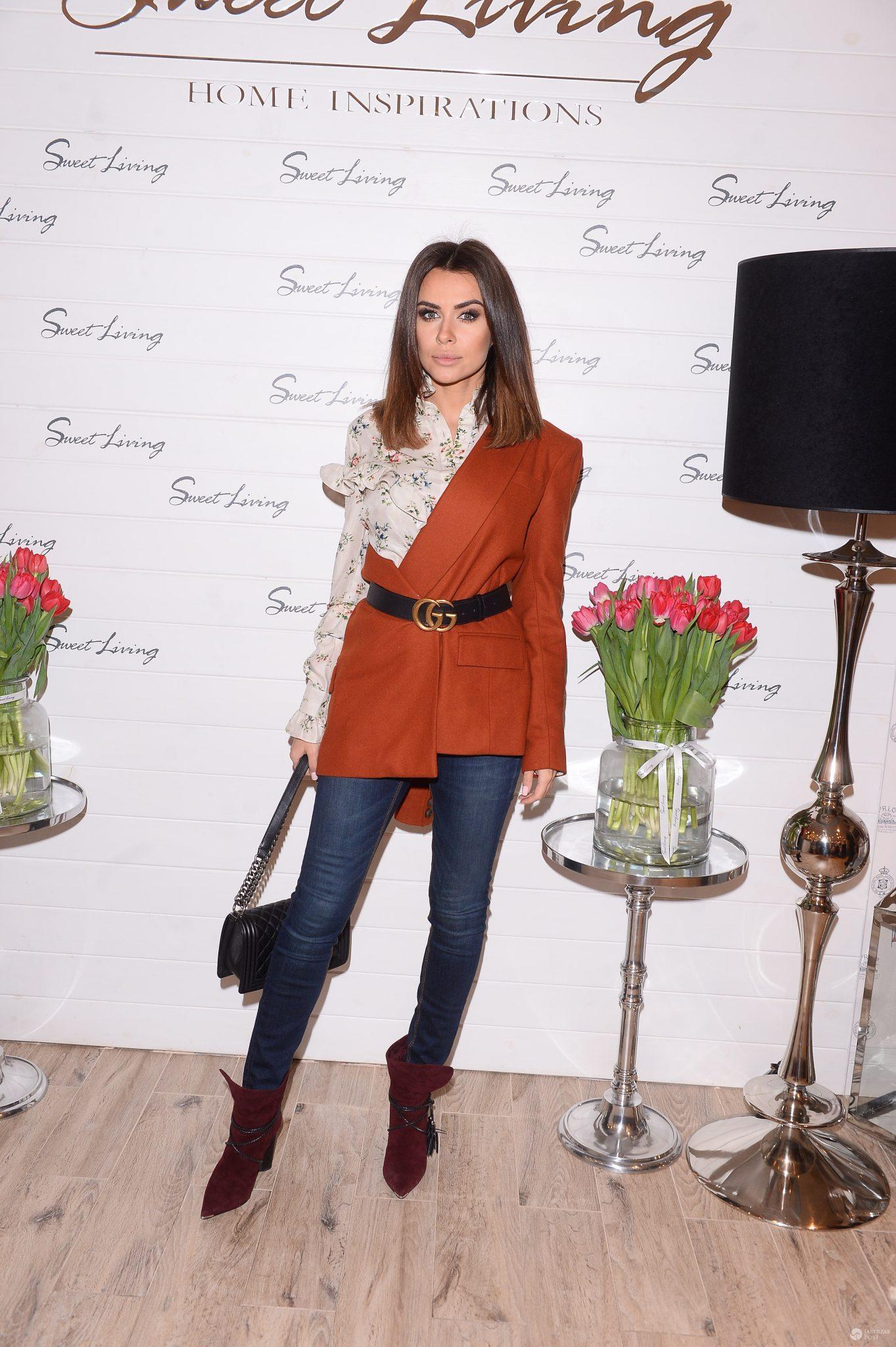 Natalia Siwiec w asymetrycznym płaszczu na imprezie