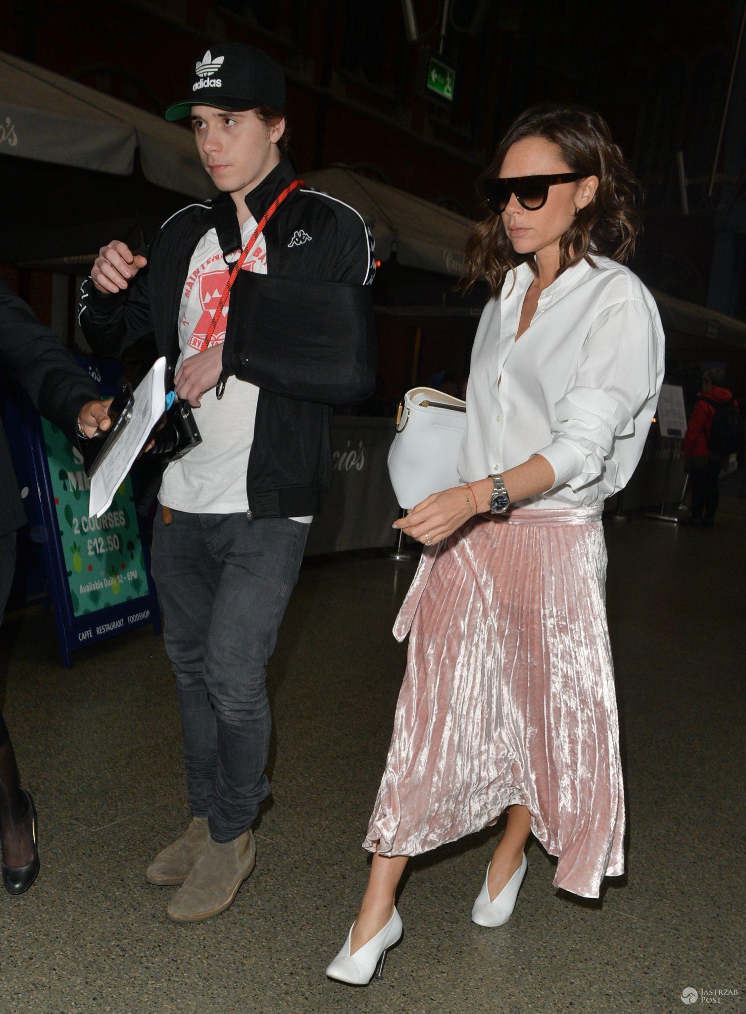 Brooklyn Beckham jeszcze nie wrócił do formy po wypadku. Paparazzi przyłapali go na lotnisku z Victorią - Victoria i Brooklyn Beckham