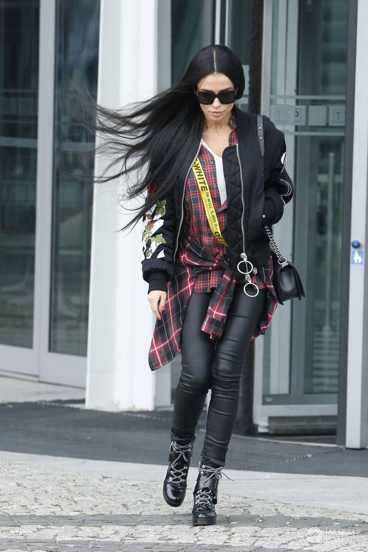 Natalia Siwiec w długich czarnych włosach