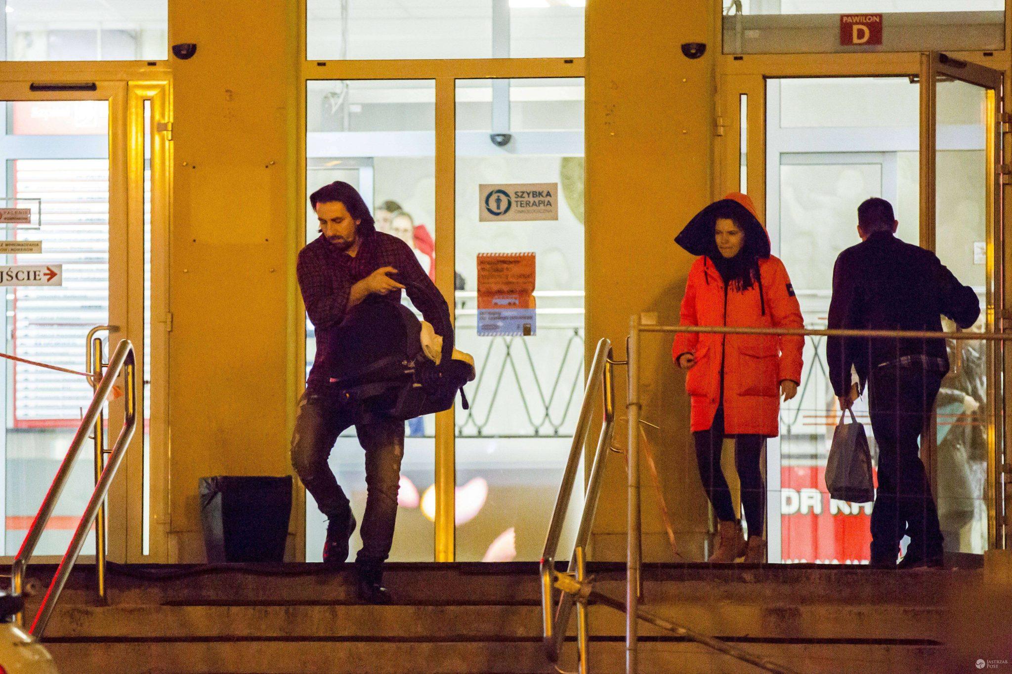 Tomasz Iwan i Natalia Jakuła wychodzą ze szpitala