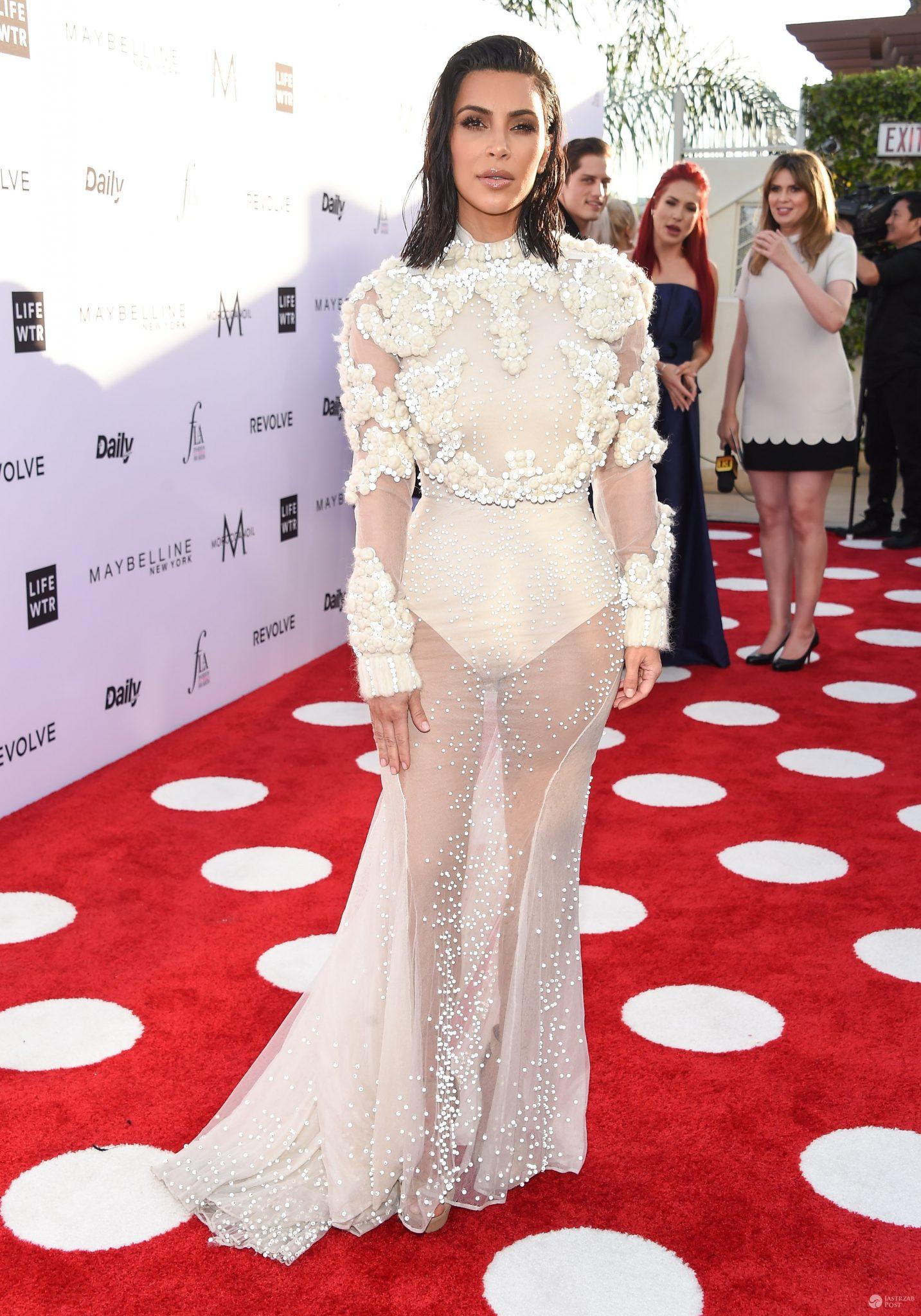 Kim Kardashian w sukni ślubnej na gali Fashion