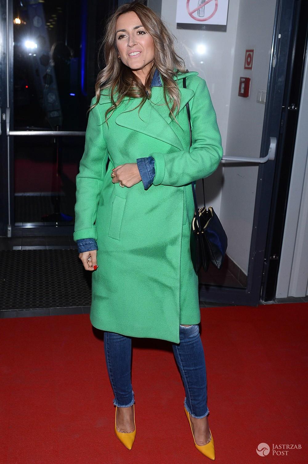 Karolina Szostak w zielonym płaszczu