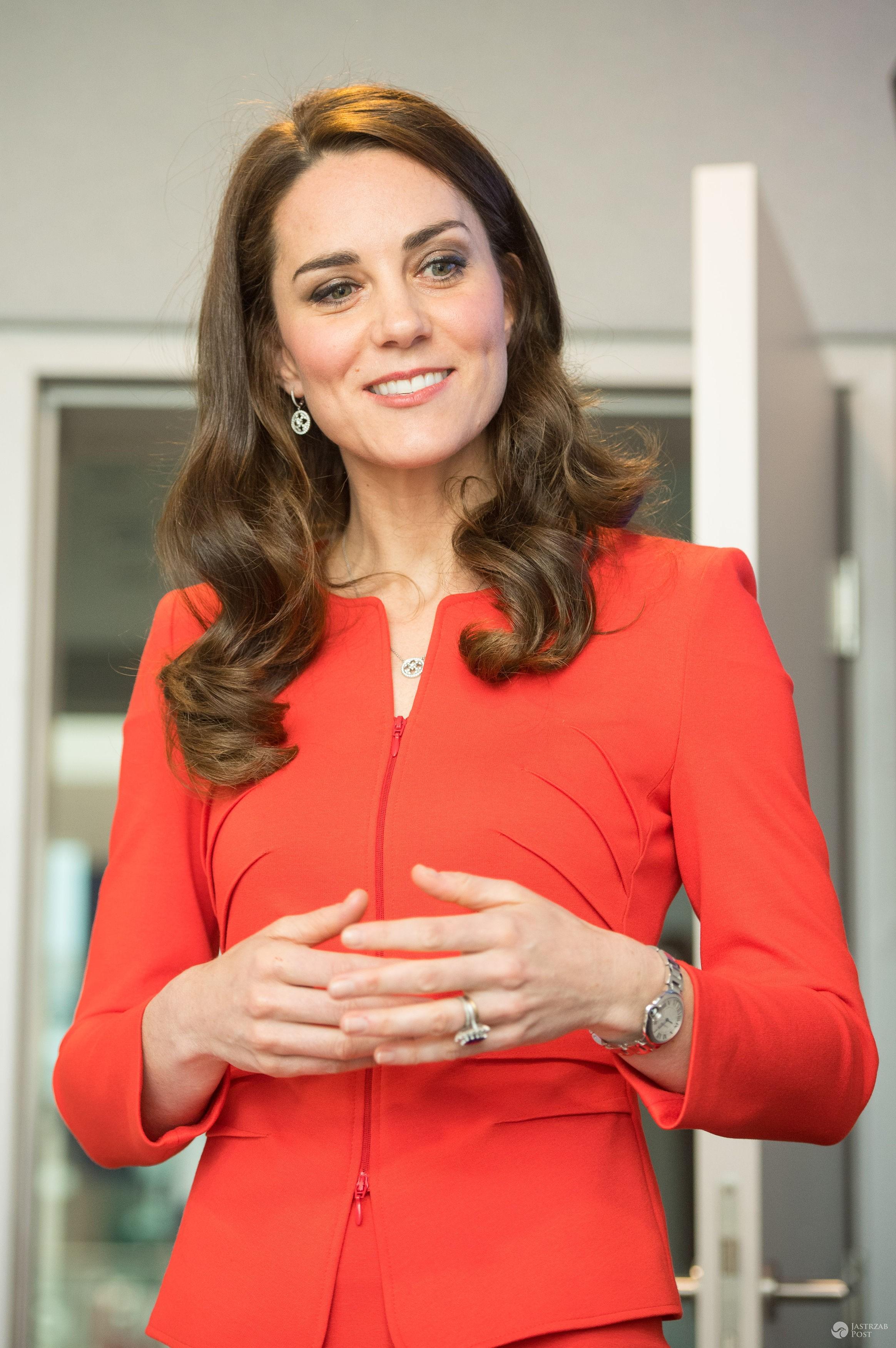 Świetna stylizacja księżnej Kate! Czerwony komplet ożywiła dodatkiem polskiej marki! - Czerwona stylizacja księżnej Kate