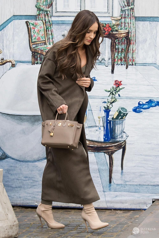 Marina z drogą torebką