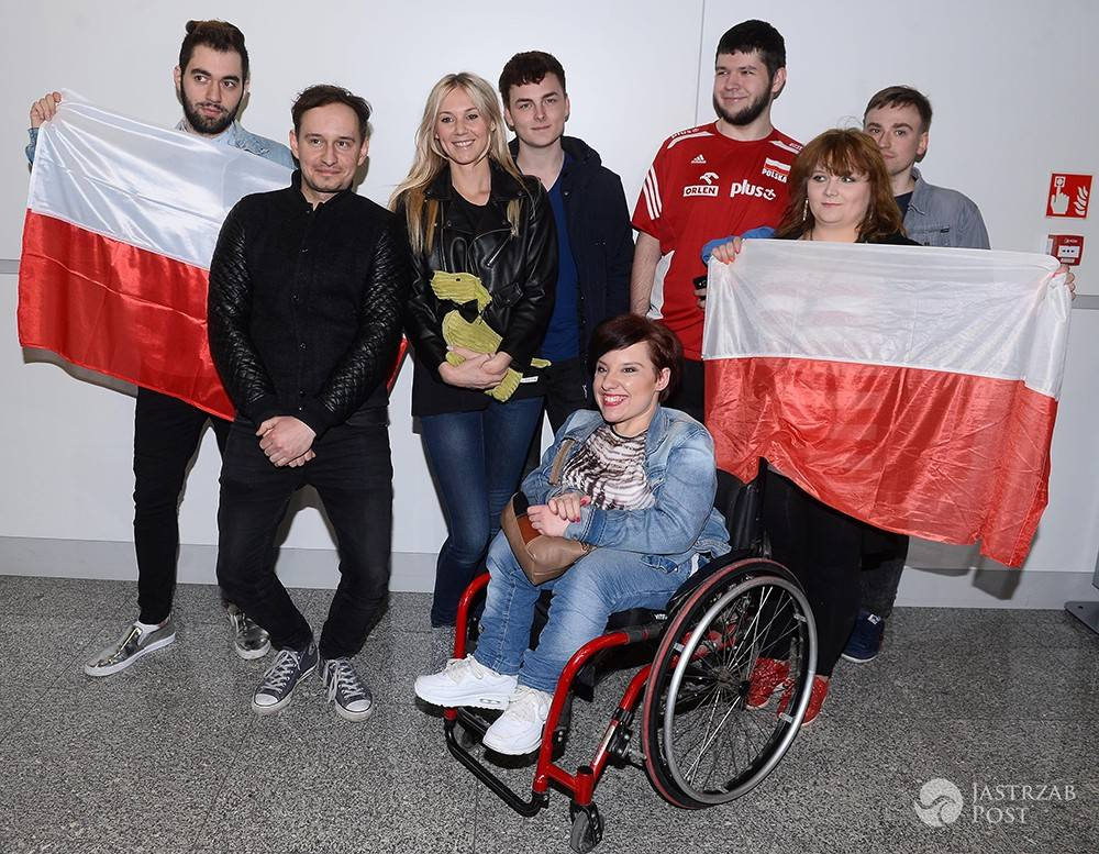 Kasia Moś z fanami Eurowizji na lotnisku