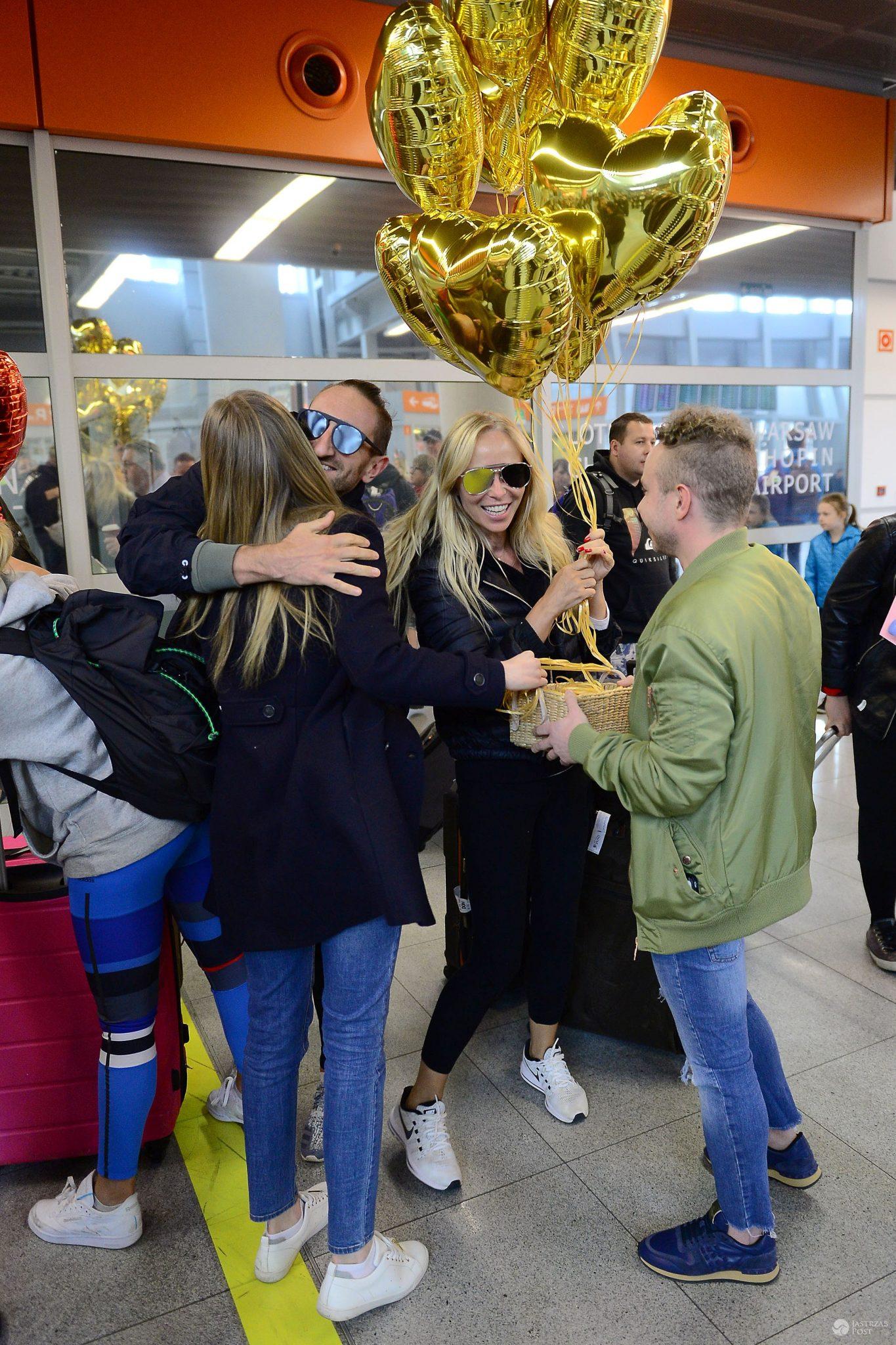 Joanna Przetakiewicz na lotnisku Chopina została przywitana przez przyjaciół