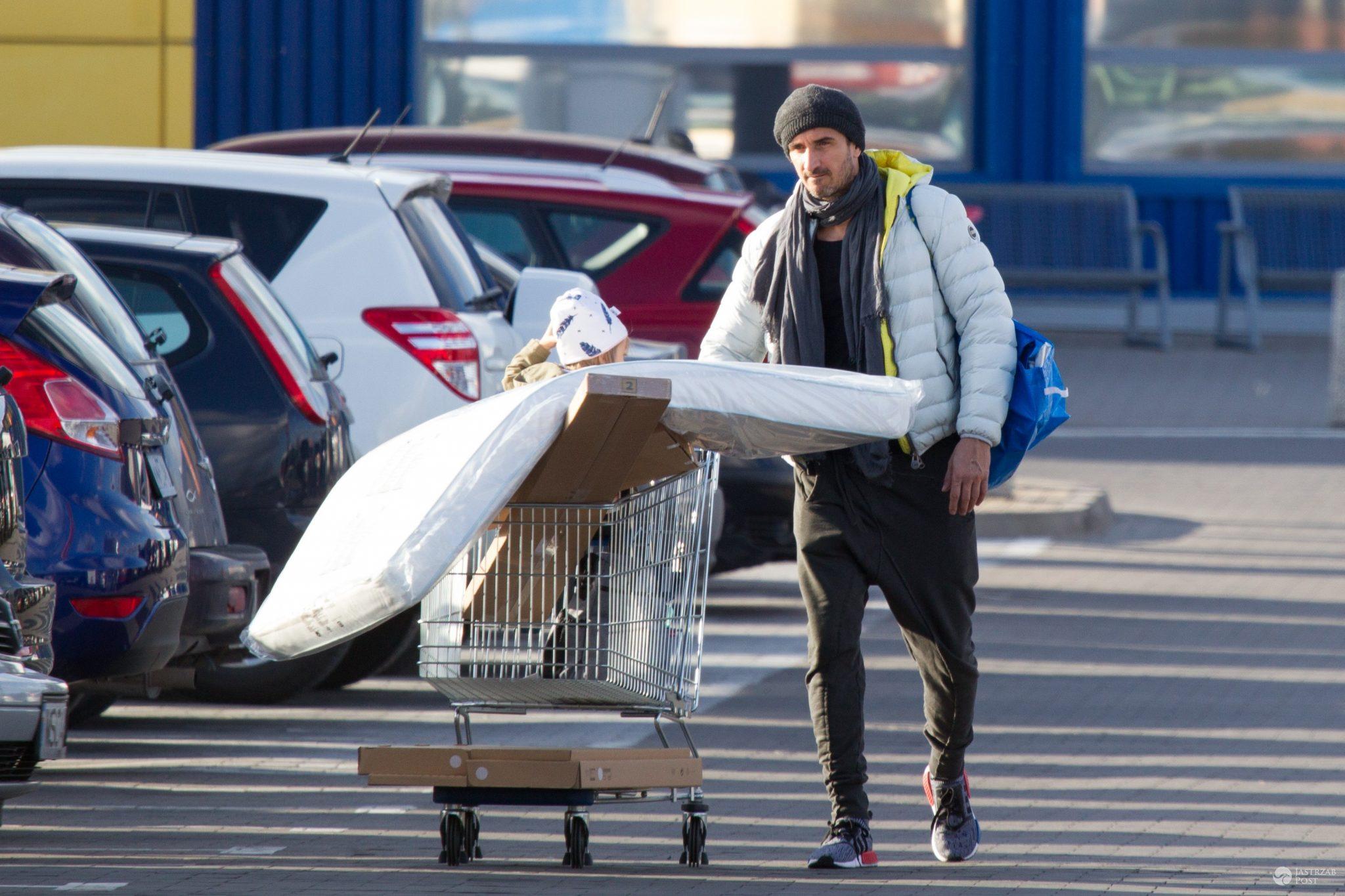 Paulina Krupińska z Sebastianem Karpielem-Bułecką i córką na zakupach w Ikei. Szykują pokój dla drugiego dziecka - Sebastian Karpiel-Bułecka kupuje meble w Ikei