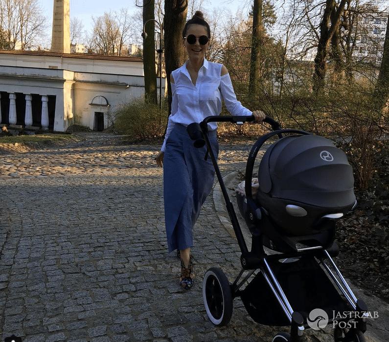 Paulina Sykut z córką Różą na spacerze