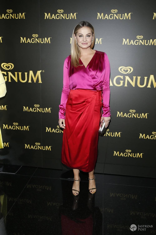 Małgorzata Socha w różowej koszuli