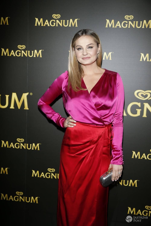 Małgorzata Socha czerwona spódnica, różowa koszula
