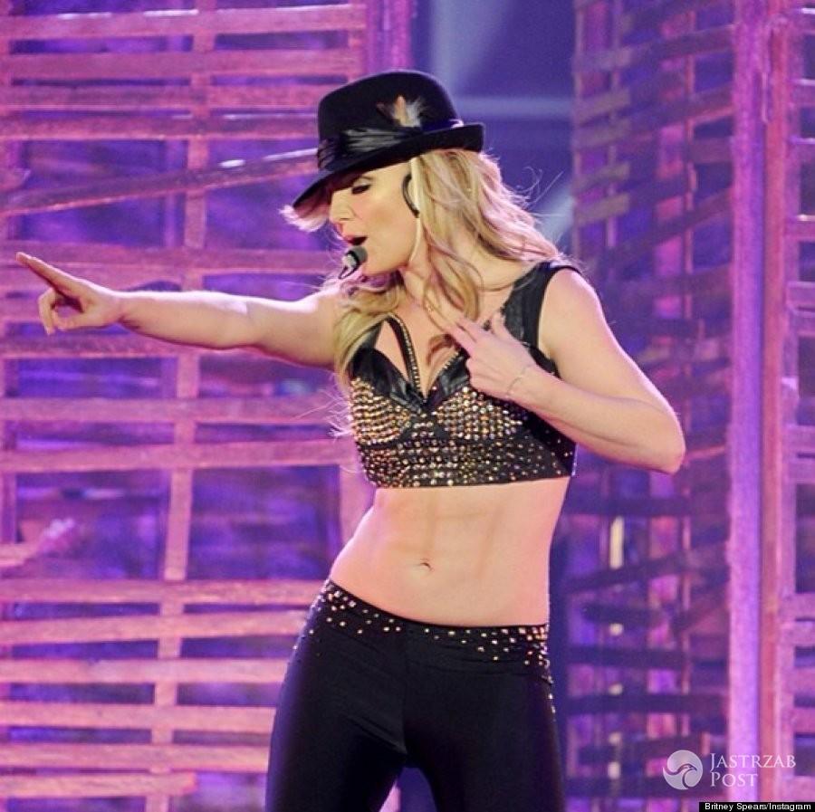 Britney Spears z narysowanymi mięśniami brzucha