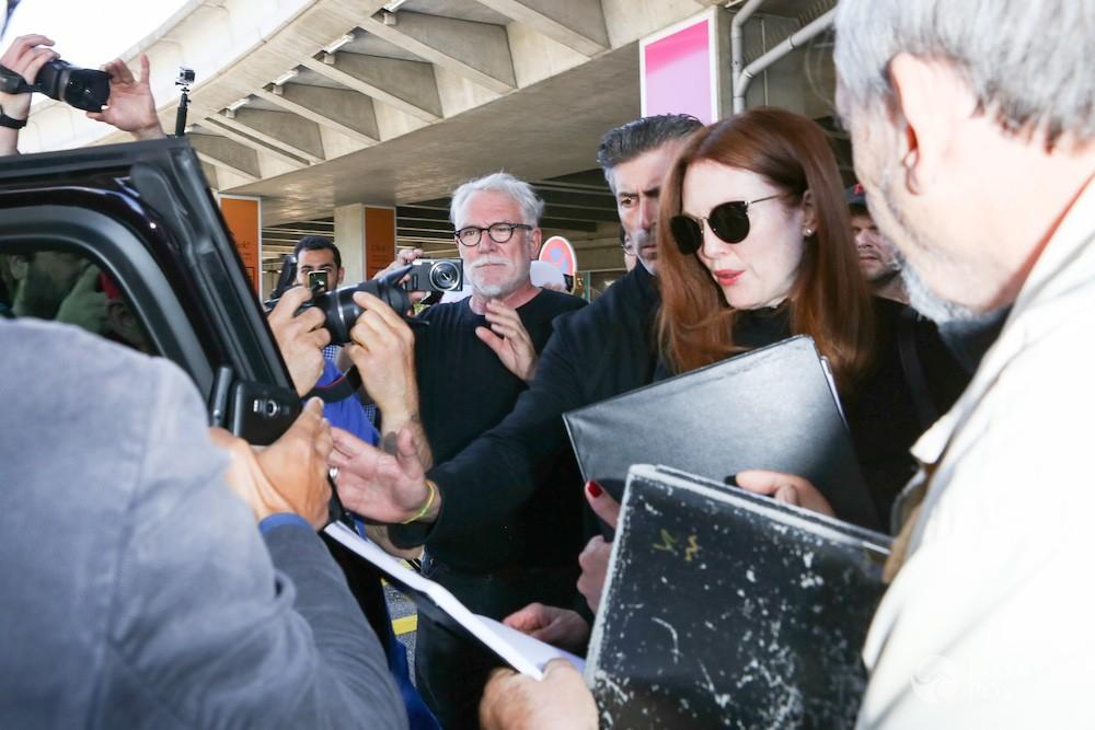 Julianne Moore na lotnisku w Nicei