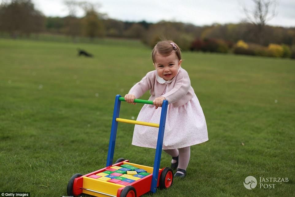 Zdjęcie (12) Księżniczka Charlotte już straciła przywilej, który przysługuje księciu George'owi! Przykra decyzja królowej Elżbiety II!