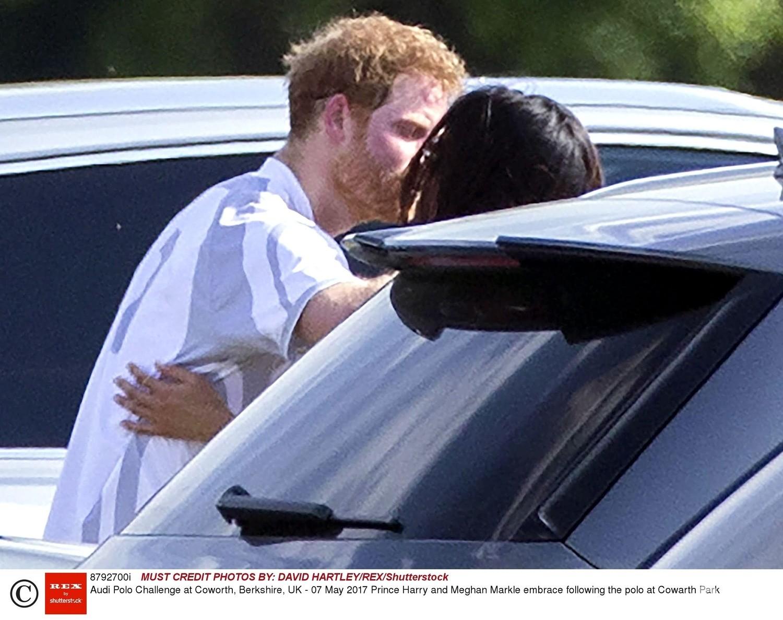 Meghan Markle całuje się z księciem Harrym
