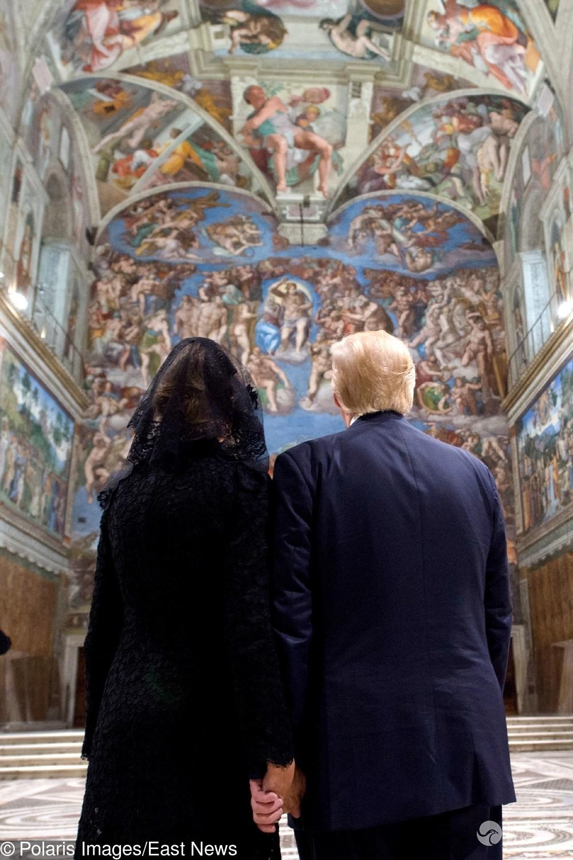 Melania Trump trzyma Donalda Trumpa za rękę w Kaplicy Sykstyńskiej