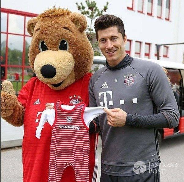 Robert Lewandowski z maskotką sponsora Bayern Monachium