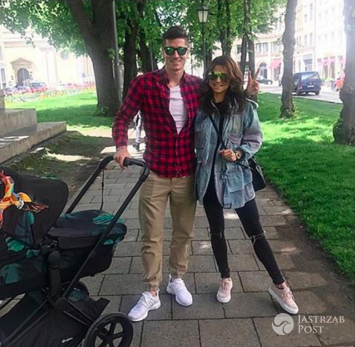 Anna Lewandowska i Robert z córką na spacerze