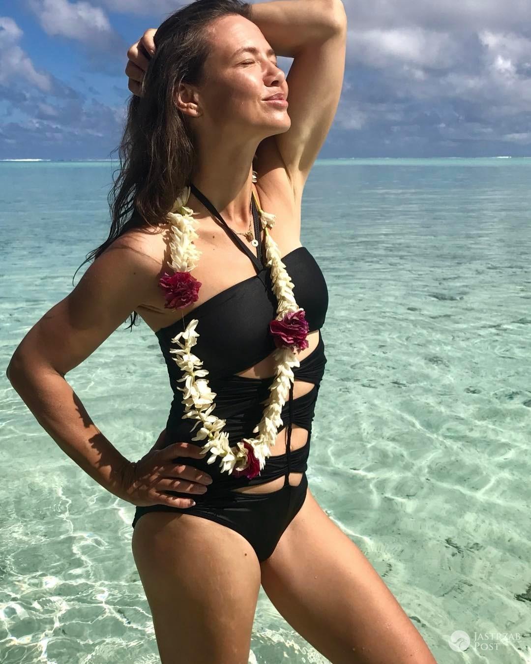 Kinga Rusin na wakacjach w starym kostiumie kąpielowym