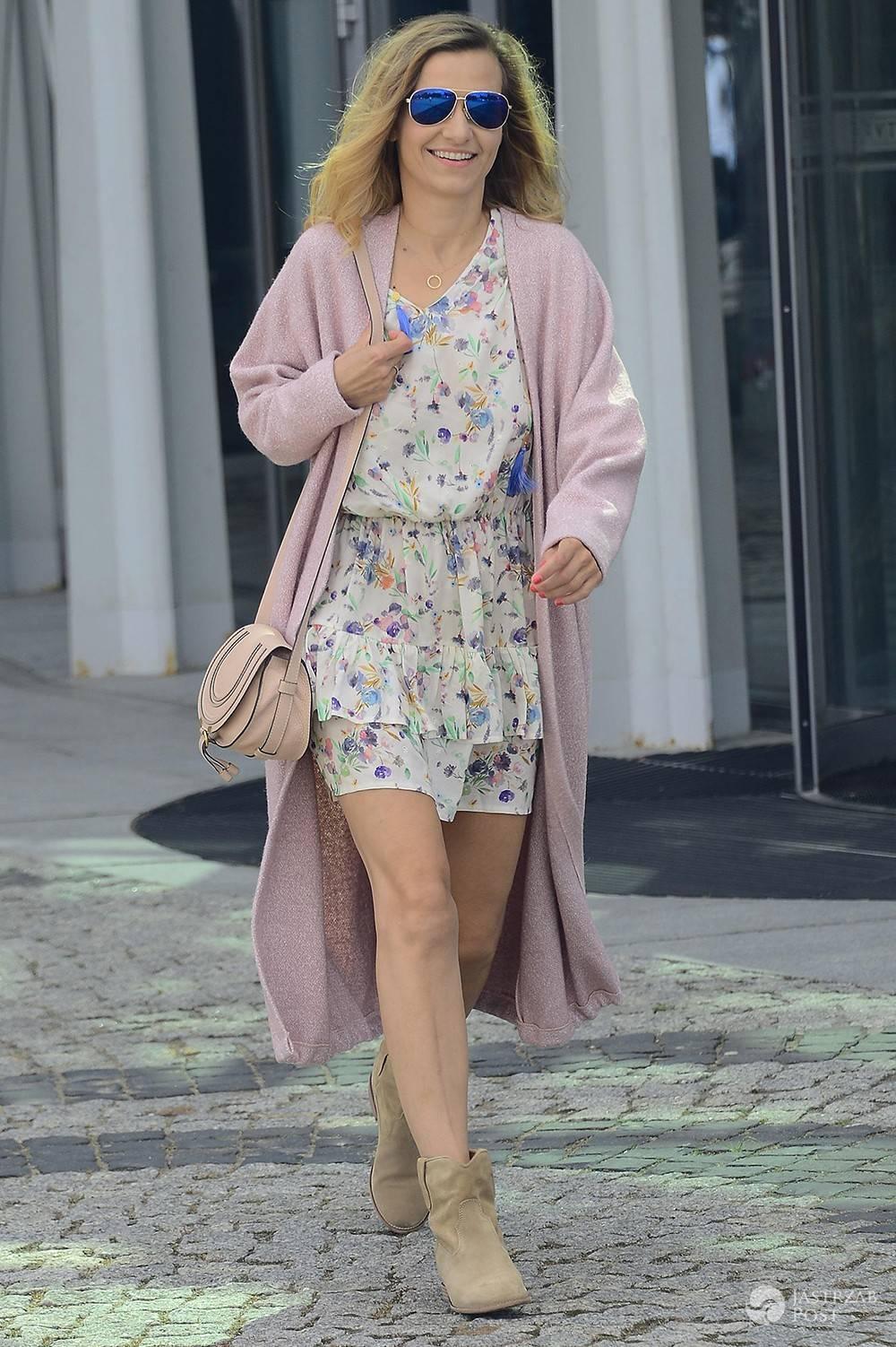 Joanna Koroniewska w najmodniejszych printach wychodzi z telewizji - Joanna Koroniewska w sukience w kwiatki