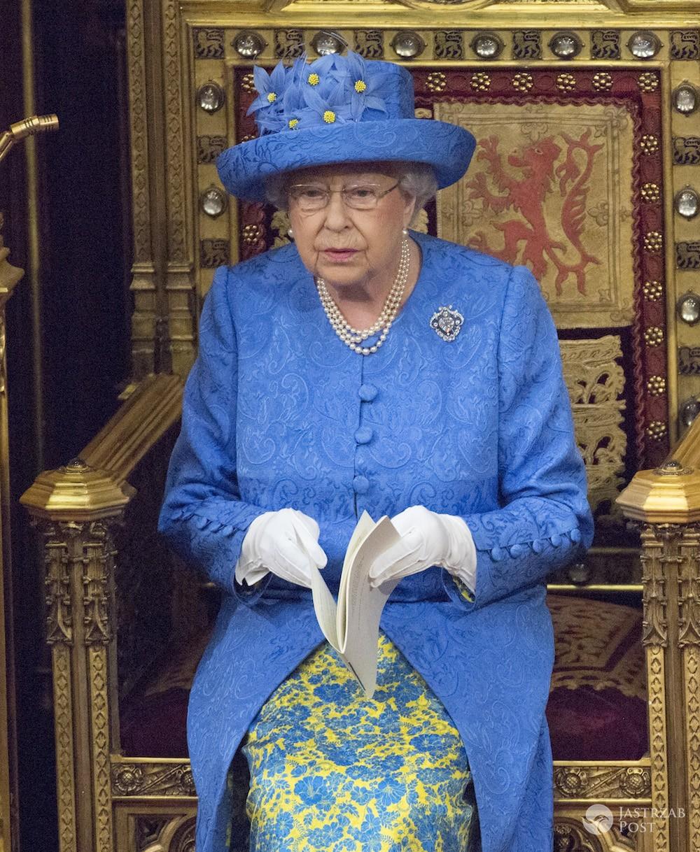 Manifest Królowej Elżbiety II w kapeluszu w barwach Unii
